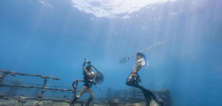三亚海底的水下模特摄影