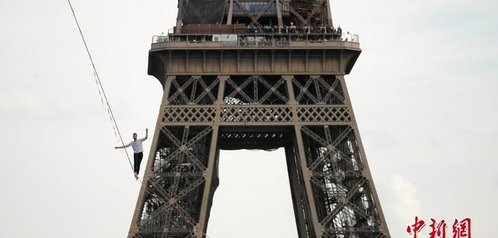 法国小伙高空走钢丝横跨塞纳河