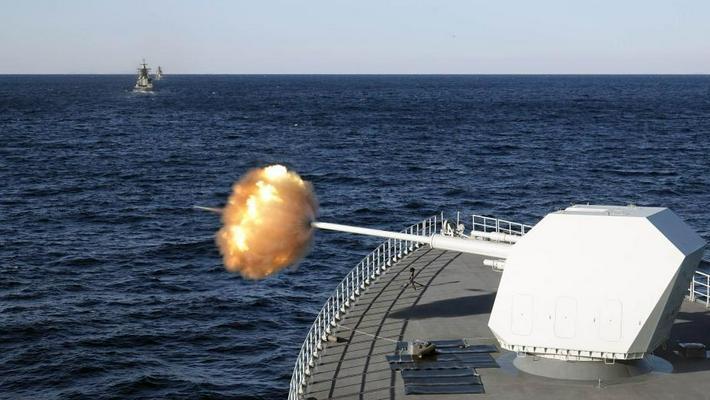 中俄海上军演:南昌舰主炮对海射击演练