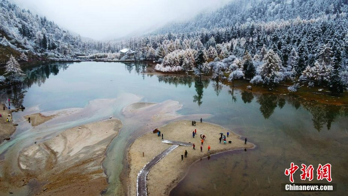 四川理县毕棚沟景区迎来首场降雪