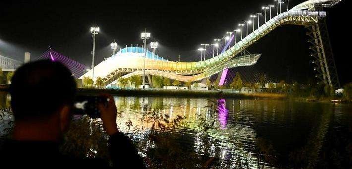 北京首钢滑雪大跳台流光溢彩