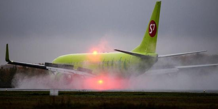 俄羅斯一架波音客機起飛時沖出跑道 依舊成功起飛