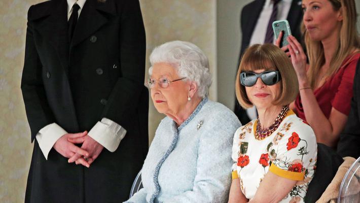她与女王同坐戴墨镜被批