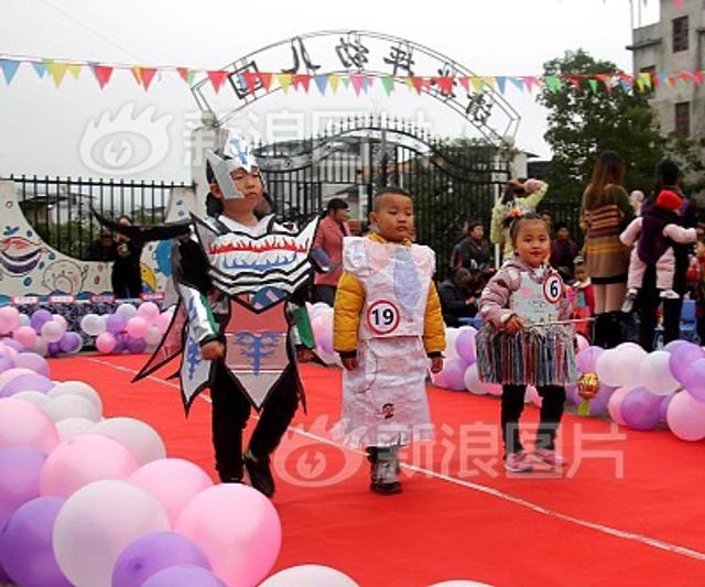 2018年11月9日,湖南省保靖县清水坪学校幼儿园的小朋友正在表演一场别开生面的环保时装秀。老师和家长们把废旧纸箱、废编织袋、旧塑料袋等废旧物品变废为宝,设计出不同时尚风格的服饰。