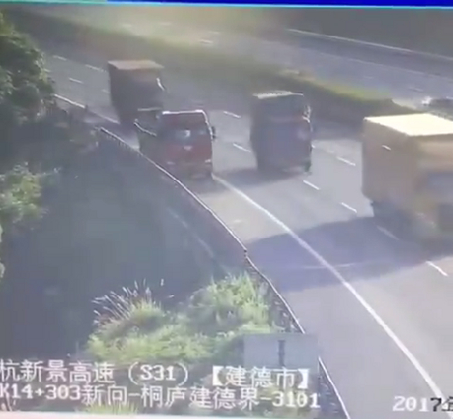7月17日上午6点多,杭州桐庐消防分指挥中心接警:杭新景高速富春江往建德安仁方向,离安仁出口还有2公里处,发生一起交通事故,两辆货车碰撞后,车子发生猛烈爆炸。事故中无人伤亡。文:都市快报