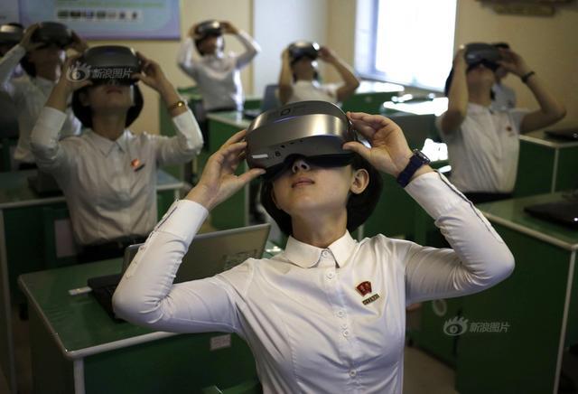 当地时间2018年6月14日,朝鲜平壤,实拍平壤教员大学学生日常课程。图为学生们戴着VR眼镜上科学课。供图:Dita Alangkara/东方IC