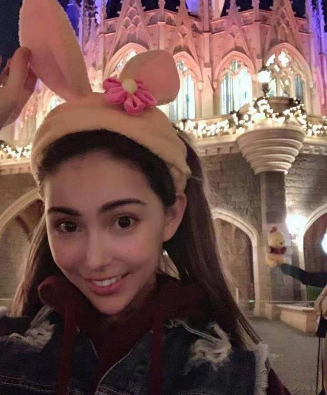 新浪娱乐讯 11月7日,昆凌头戴可爱兔耳去迪士尼游玩,在园中体验旋转杯紧张到闭眼,游玩过程中甜笑连连似少女。