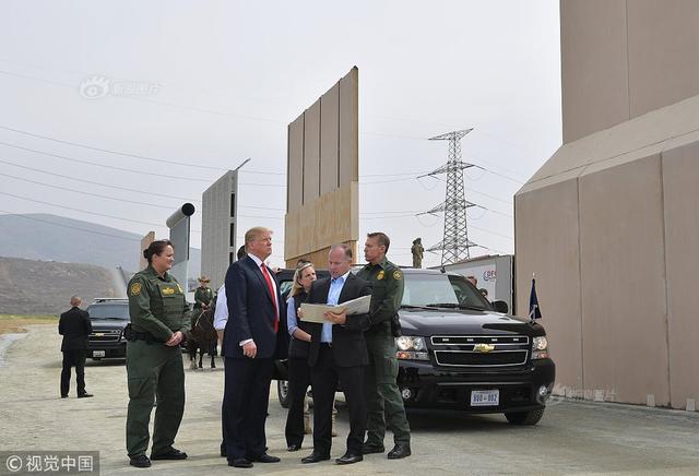 中新社圣迭戈3月13日电 美国总统特朗普13日抵达加利福尼亚南部城市圣迭戈,视察美国和墨西哥交界处的边境墙修建进展。这是特朗普就任总统以来首次访问加州。图片来源:视觉中国
