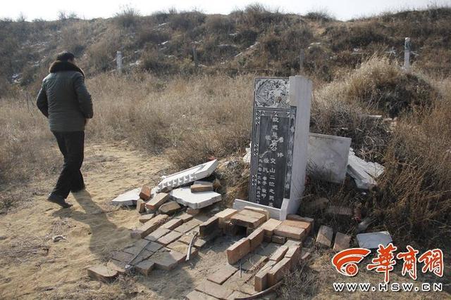 2017年2月17日报道,陕西神木县村民投诉称,几个村子的40多座坟墓墓碑都被破坏。被破坏的40多座墓碑,涉及小啊包村、清水沟村等。不少墓碑的碎石散落在墓地周围,坟墓周边的松柏林或者樟子松也遭到破坏。