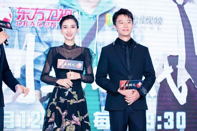 10月9日,黄轩出席新剧开播发布会。身着黑色修身西装亮相,低调又不失儒雅绅士气质。