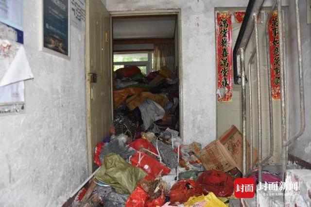 封面新闻记者 何方迪 8月1日,成都市青白江区某小区居民楼内,一阵一阵地恶臭从房主罗霞的屋子里传来,门内,法院和小区物业工作人员,正来回搬运里面成堆地垃圾。