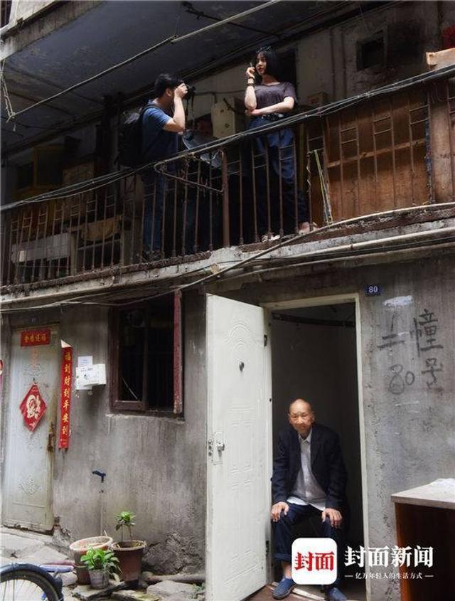 """周日,成都市民曾女士约上闺蜜来到成都市红瓦寺街18号大院,这里有座70年代修建的""""鸳鸯楼"""",她们今天专门来拍几张复古文艺片。封面新闻记者 刘陈平 摄影报道"""