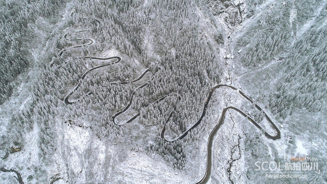 """1月8日,""""成都下雪""""在新浪微博瞬间上了热搜,然而,身在市区的小编一脸迷茫,what?说好的雪呢! 都江堰和彭州的前线飞友随即发来航拍图,证明这雪是真的来成都了!今天,小编就为大家汇总一下今年四川各地的雪景,并附上前往该地区拍摄的温馨提示,让你一饱眼福的同时可以说走就走。(李思聪 摄)"""