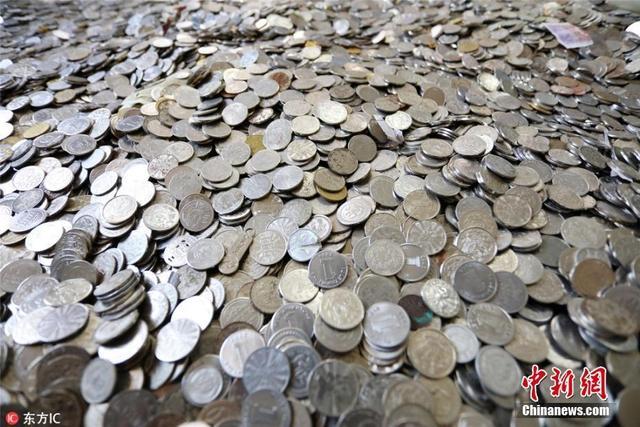 1月10日,遂宁市公交公司清点中心工作人员正对2017年收入进行核算,他们从堆积如山的零钱中找出100多种残币,其中包括游戏币、儿童币、澳币、港币、无法兑换的外币甚至还有巧克力和山楂片。每年公司都要收到约10万余元的无效货币,为防止这些无效货币再度流入市场,公交公司都会根据规定进行处理。刘昌松 摄