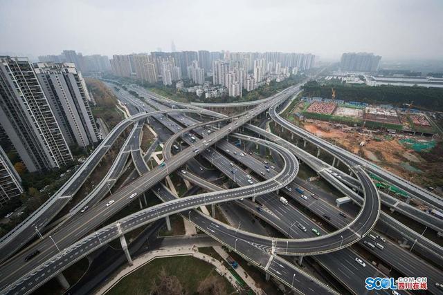四川在线消息(记者 杨树 摄)作为成都三环路扩能改造最复杂的节点工程,娇子立交改造日前传来好消息,该立交桥已正式完工通车。