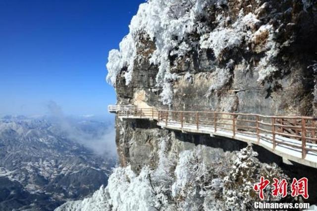 """近日,四川境内巴中等地出现低温降雪天气,雪后光雾山披上洁白的""""新衣"""",雪色如画,美不胜收。肖洪波 摄 图据中新网"""