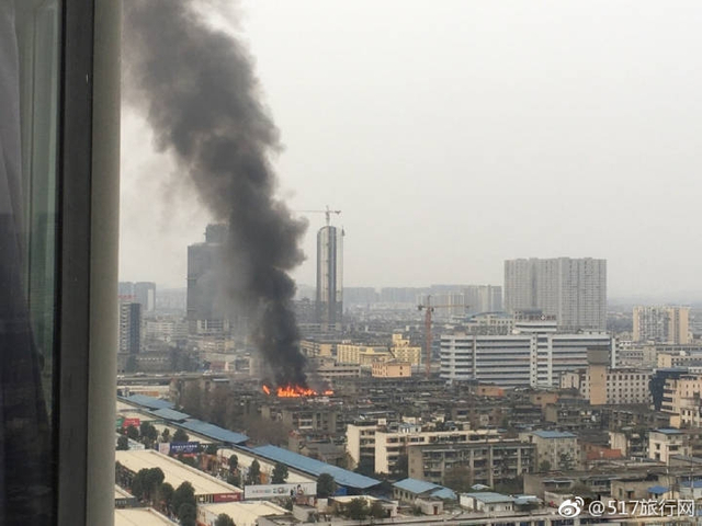 12日下午5点左右,成都北站府河桥市场附近一民房发生火灾,火势较大,浓烟滚滚。消防人员已赶到现场展开灭火。图据成都商报,部分图据网络
