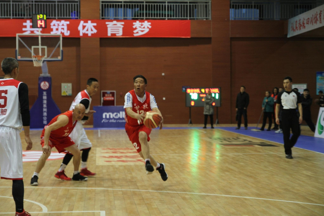 2018四川省全民健身篮球公开赛精彩瞬间,赛场分级别,梦想不分高低!新浪四川 贾艺璇 /摄