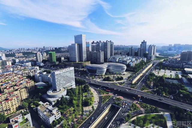 """中国酒城·醉美泸州,一座酿造幸福的城市。,一个富有活力、特色鲜明的""""双两百""""大城市正在崛起。 图据四川在线网友飞越万水千山"""