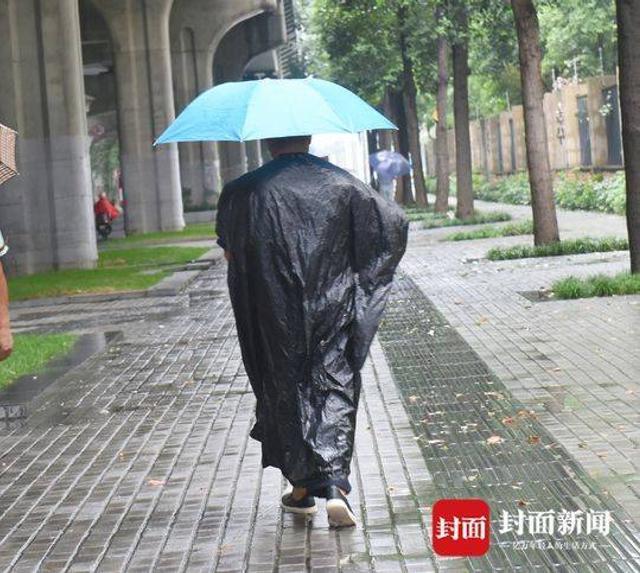 今天周末,成都下了一天的雨,气温降得也太陡了。从9月5日一场狂风暴雨赶走秋老虎,到成都人从穿短袖到绒衣只用了三天时间。今天走在成都街头的市民感受的不是凉快,而是真真切切的冷啊!穿长衣长裤和穿短袖短裙的同框。今天,你出门穿够了衣服吗?  一场秋雨,一层凉。据四川省气象台预测,四川气温还要连降三日。明天是周一,大家都还是老老实实把长裤、长袖、线衣穿起来吧!封面新闻记者刘陈平摄影