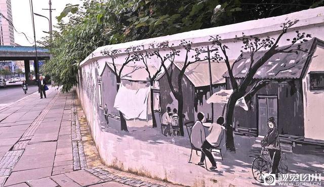 """四川在线消息(记者 吴传明 摄影报道)10月9日,在成都市成华区青龙新街口的老旧墙上,一条条老街、新景,让过往市民感觉是在时空之间穿越。      在这面惟妙惟肖的文化展示墙上,绘画师用多彩的颜料和画笔在原本单一素净的老旧围墙上描绘出了几十年前老青龙场的繁荣模样。      自从这条老旧文化墙建成了世人关注的""""网红墙""""后,不少市民都纷纷前来寻觅儿时的记忆,怀想过去的快乐时光,感受城市发展的新变化。"""