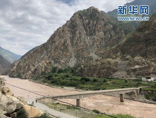 2016年9月,在甘孜藏族自治州得荣县徐龙乡莫丁村山脚下建起的跨金沙江石桥,让这个小村庄与外界的联系方便多了。在这之前,村民出山或溜索过江,或从半山腰的羊肠小道穿行,翻过一座座大山。新华社记者 吴晓颖 摄