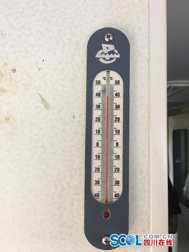 """四川在线消息(王林 记者 王眉灵)8月9日下午3点,成渝铁路五凤溪火车站,车内温度计显示为41摄氏度,何静拿着钥匙在成都至西昌的T8865-6次列车内巡视。 T8865-6次列车就是其中一辆封车,被外排至五凤溪车站。而为保证封车车体的安全,车上需要进行全天候24小时值班,每列车上有2名值班人员,他们被称作""""守车人""""。  何静是其中一名守车人。她的主要工作是每两个小时巡视一遍,检查车窗、消防、配电箱等设施完备,排查设施是否因高温天气出现故障,从而确保车内以及车身安全。"""