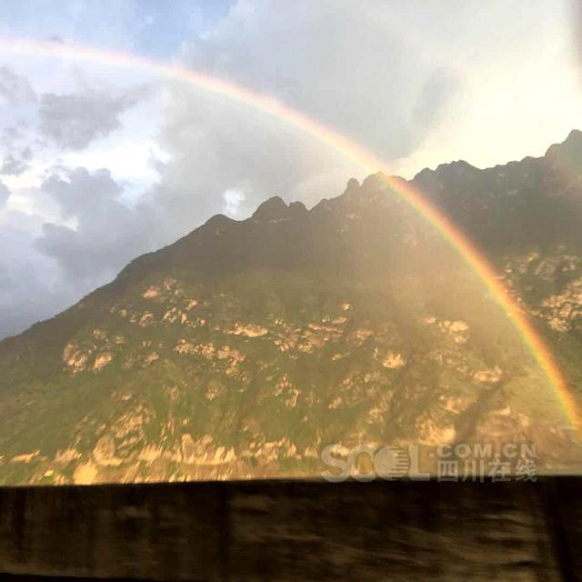 四川在线消息(记者 尹钢 唐伟荐 摄)8月5日19点左右,汉源县汉源湖上风云变幻,阳光、低空云加上突来的阵雨,湖面上呈现出炫美的双彩虹。