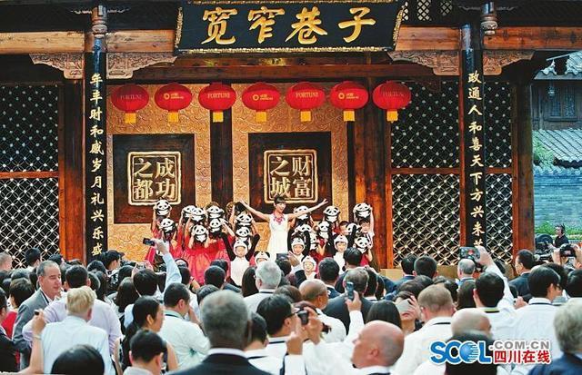 """1987年,成都首次与糖酒会""""牵手""""。2018年,第98届全国糖酒商品交易会在成都中国西部国际博览城里的总展览面积近21万平方米,3天累计入场人数突破40万,创造了糖酒会历史新纪录。      30多年来,成都糖酒会见证了成都会展经济的蓬勃发展和""""会展之都""""的兴起。      1994年,成都春季糖酒会成交额首次突破百亿元大关;      1998年,成都春季糖酒会成为最早执行""""集中展区、集中布展、集中交易""""的全国糖酒会;      2008年,成都成为继北京、上海、广州之后,与大连一起,并称为中国五大会展中心城市;      2010年,成都获得全国糖酒会春交会永久落户……      如今,成都这座开放与包容并存的城市,通过糖酒会吸引四面八方的朋友前来""""煮酒论英雄"""",搭建起全球食品行业产业链的商圈。"""