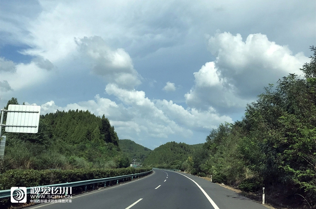 四川在线消息(记者 吴传明 摄)8月8日,雨过天晴的成巴高速秋高气爽,公路两边被雨水洗净的田园树林绿意盎然。天空不时出现着各种酷似动物形状的云朵,给旅途中的人们增添了不少乐趣。