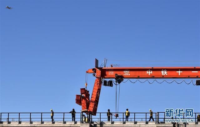 新华社拉萨11月26日电(普布扎西 俞文喜)26日上午,在贡嘎雅鲁藏布江特大桥上,第一组长25米的轨排精准落下。这标志着川藏铁路拉林段第一座跨江大桥——贡嘎雅鲁藏布江特大桥开始铺轨架梁,拉林铁路顺利迈出了跨越雅江的第一步。     贡嘎雅鲁藏布江特大桥位于西藏自治区山南市贡嘎县境内,全长5727米,横跨雅鲁藏布江,是拉林铁路最长的桥梁。其主桥上部结构由50孔32米简支T梁和81孔48米节段拼装箱梁构成。