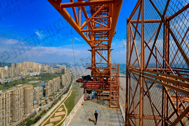 合江长江公路大桥建好后,今后驾车过江仅需短短几分钟,对合江北部新城建设将起到重要作用。在建设现场,记者看见这座民生桥、发展桥有序推进,两座高达150米的扣塔已经安装完成,工程车辆依然繁忙的进出着,这些建设场面,标志着合江城市将因桥的建设而不断改变。 据介绍,合江长江大桥全场1420米,桥型结构为飞燕式钢管混凝土系杆拱桥,按照现有工程进度推进,预计2019年8月底合江长江大桥主体工程全面完工。泸州日报记者 牟科 摄