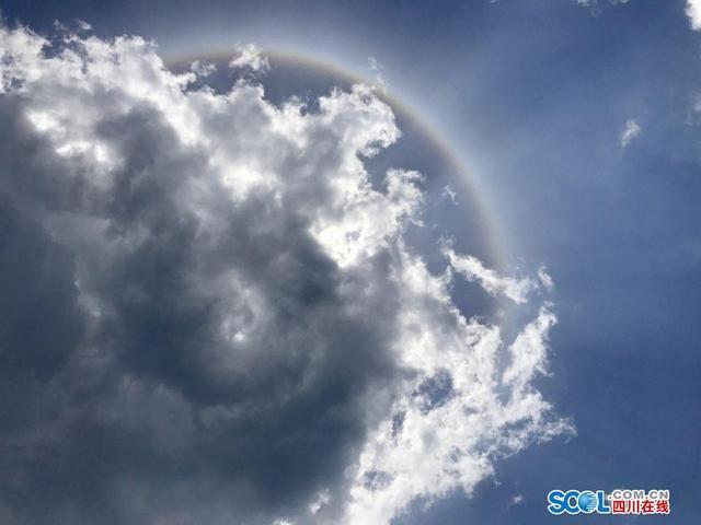 """四川在线消息(徐小雨 记者 王诗侠)经过两天的降温降水,广安终于迎来太阳。15日中午,在广安市广安区大安镇,记者更是拍到难得一见的日晕景象。      日晕,又叫圆虹,一种大气光学现象,是日光通过卷层云时,受到冰晶的折射或反射而形成的。当光线射入卷层云中的冰晶后,经过两次折射,分散成不同方向的各色光。日晕多出现在春夏季节,民间有""""日晕三更雨,月晕午时风""""的谚语。"""