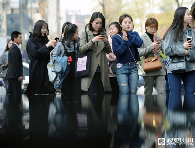 四川在线消息(记者 何海洋 摄影报道)最近,成都市天气晴好,在和暖的春风里更多的女性走在太古里街区内,用独特的魅力展示春的气息。