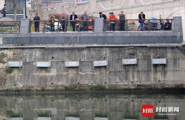 3月13日上午,成都锦江复兴桥边,几位市民正在钓鱼,禁渔期的宣传标牌就在一旁竖立。成都今年春季禁渔期为3月1日至6月30日,所有天然水域将禁止一切非法捕捞、游钓、水禽放养和挖沙取石等妨碍鱼类繁殖的活动。 渔业执法部门工作人员建议垂钓爱好者们错开禁渔期,或到人工养殖水域开展钓鱼活动,自觉保护好天然水域生态。  封面新闻记者杨涛 摄影报道