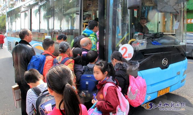 学校是教书育人的场所,校园周边交通秩序如何?不仅关系学校教学和学生的安全,更是衡量一座城市文明程度的一把标尺。日前,记者走访中发现,中心城区部分学校周边交通秩序混乱,令人担忧。