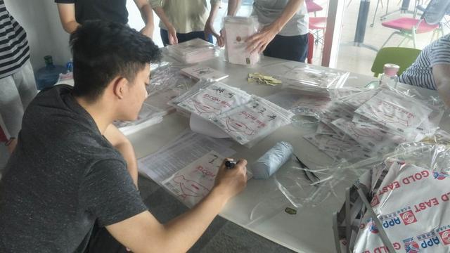 新浪四川工作人员正在登记手账信息。