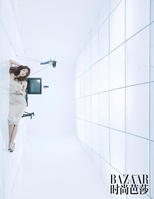 孙怡受邀拍摄《时尚芭莎》全新视频栏目#BazaarVStar# 。曝光的平面花絮照,简约大气颇具高级感,多组造型诠释多重人生,气场十足!