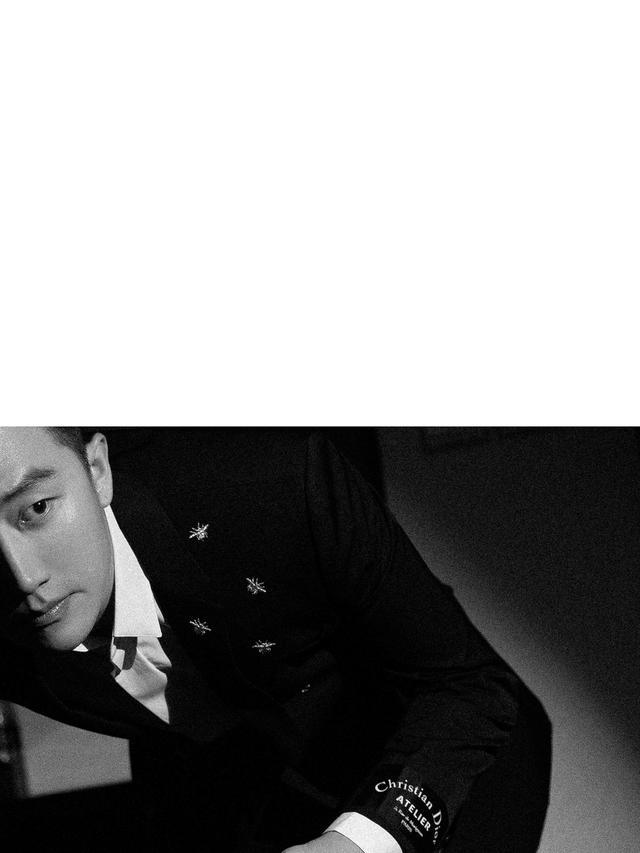 昨晚黄轩作为某国际奢侈品牌大使受邀亮相品牌活动,礼服金色蜜蜂的设计为黑白两色增添不少亮点,完美衬托出黄轩儒雅中又带些许雅痞的气质。