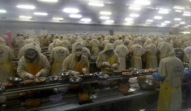 7月15日,在湖北省潜江市一家小龙虾食品公司生产车间看到,5000多名工人双指飞舞,熟练地剥起虾仁,场面十分壮观。