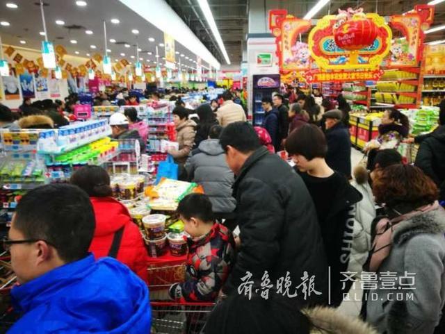 腊月二十七日夜里9点,济南历山路一家大超市依旧顾客爆棚,大家排着长队等候缴费。买年货送年礼,让整个城市变得热闹而又忙碌,也忙出了喜庆的年味儿。(齐鲁晚报·齐鲁壹点 记者周青先摄)