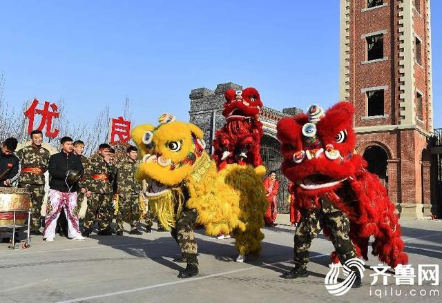"""春节来临之际,一场以""""欢欢喜喜过大年""""为主题的文艺联欢活动在山东枣庄市台儿庄消防大队古城中队上演。贴窗花、舞龙、舞狮、威风锣鼓等丰富多彩的活动内容烘托出吉庆祥和的节日气氛,让官兵们感受着军营文化活动的别样精彩。 (齐鲁网)"""