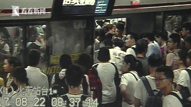 近日,在早高峰时段,地铁上发生的惊险一幕。市民何女士乘坐地铁一号线,在上海火车站站下车时,不小心将小腿直接卡在了站台与地铁列车的缝隙当中,一时间,整个人动弹不得。就在这危急时刻,现场热心乘客纷纷伸出了援手。