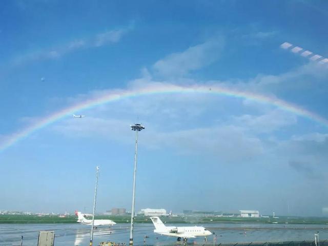 """台风来临之前的天气,可以用""""优秀""""两个字来形容,昨天有蓝天白云,今天傍晚的小雨,之后出现了彩虹,虽然彩虹转瞬即逝,但不少小伙伴还是抓拍到了精彩瞬间,搭配上bgm,跟小布一起去看彩虹吧!via.浦东发布"""