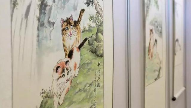 喜欢喵星人可不止是时下年轻人的专利,这不有一位古稀老人嗜猫成瘾,一不小心练就一身绝技,泼墨挥毫间喵星人的灵动跃然纸上,栩栩如生。惹得铲屎官们姨妈心爆棚,母爱泛滥。来源:上海观察