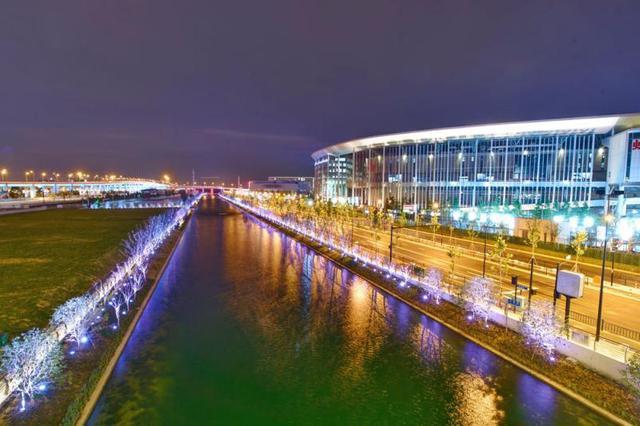 """距离首届中国国际进口博览会开幕的日子越来越近了,国家会展中心和周边区域的整体夜景灯光设计昨夜试灯,""""四叶草""""的美,惊艳了所有人…… 来源:上海观察"""