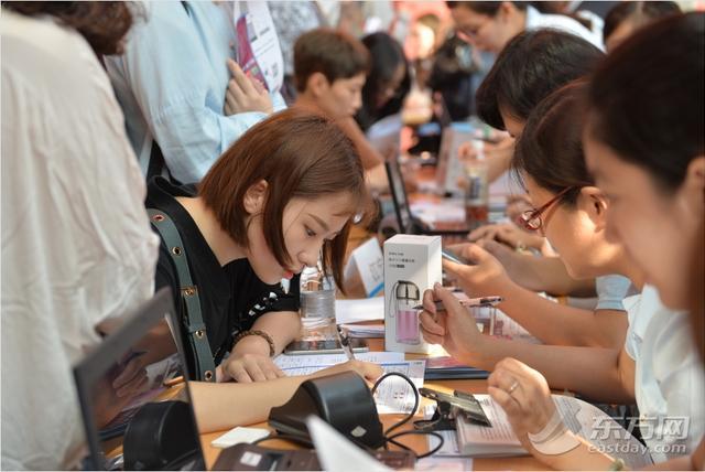 13日,上海戏剧学院迎来2017级新生。据了解,今年上海戏剧学院招收全日制本科学生475名。其中表演系招收共142名新生,播音与主持艺术招生20人。图为新生正在填写个人信息。