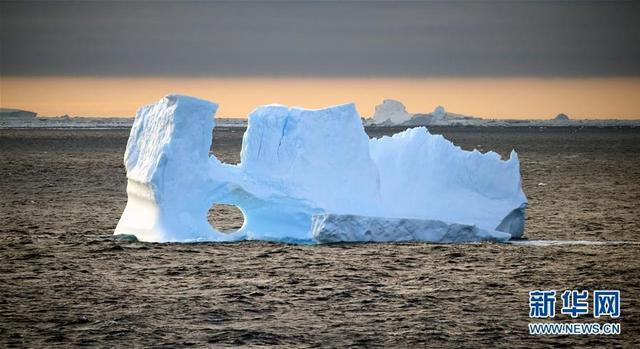 正值南极的夏季,冰山加速消融,呈现出圆形的镂空(2017年12月25日摄)。