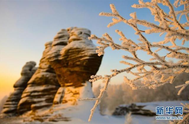 内蒙古克什克腾世界地质公园的雾凇美景(1月10日摄)。近日,地处内蒙古自治区东部的克什克腾世界地质公园迎来连续降温降雪霜冻天气,形成大面积的雾凇景观,美不胜收。 新华社记者 邓华 摄
