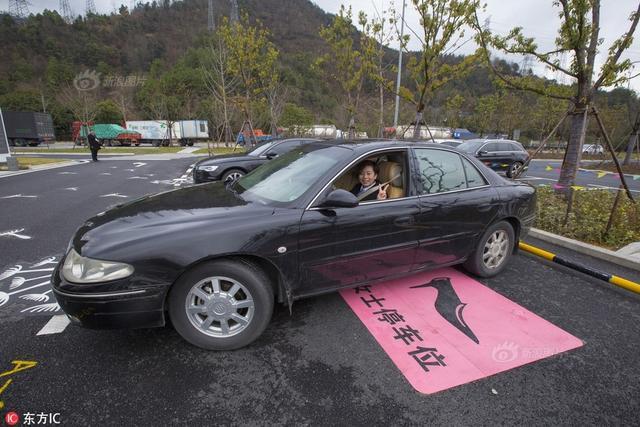 """现场看,该车位比一般标准车位大了不少,地面上用粉色涂料画了一只""""高跟鞋""""的标识,并写下""""女士停车位""""字样。服务区负责人表示,""""女士停车位""""主要考虑到方便和安全,宽大空间方便女士偕老带幼出行,离主楼较近夜晚光照足监控覆盖确保安全。"""